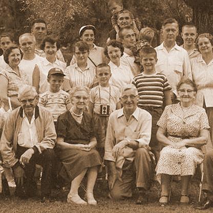 Les recherches généalogiques permettent de réaliser des cousinades en famille, bel exemple avec cette photographie de groupe.